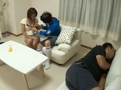 【sex】家庭教師、神川ひな出演のsex動画。男性が隣で寝ているリビングでショタとSEXしちゃう家庭教師 神川ひな